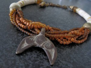 Nunuma amulet met aardetinten