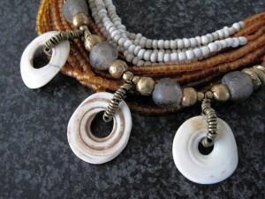 Papoea schelp met glaskralen en brons