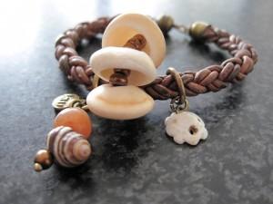 Armband met leer en trade beads - Kleurrijke Wereld Sieraden
