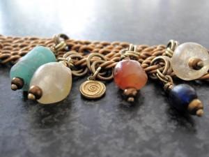 Armband met oude edelstenen en brass schakel