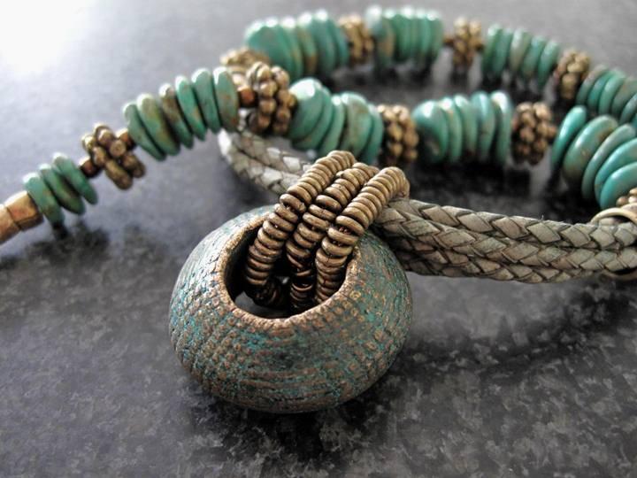Turkoois met leer en antieke bronzen ring